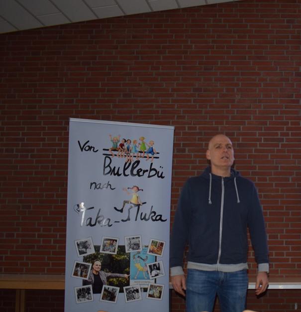 Zukünftige Sozialpädagogische Assistent*innen und Erzieher*innen gehen mit Matthias Blum auf eine Reise von Bullerbü nach Taka-Tuka